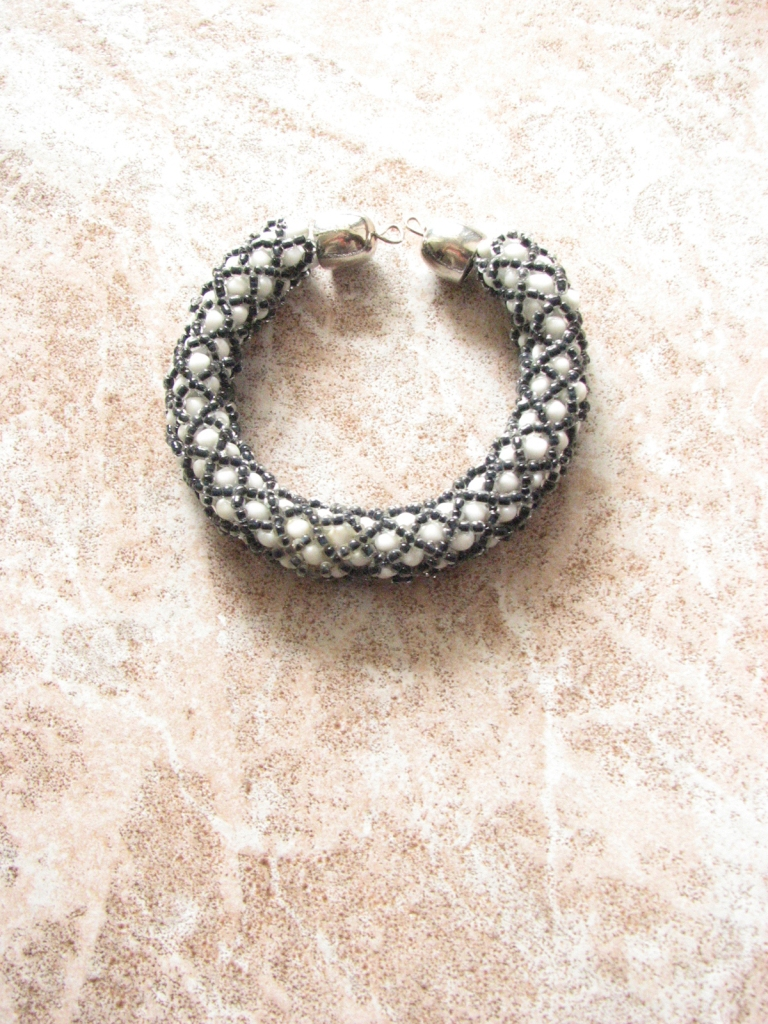 Black and white handmade bracelet #handmade www.lindifique.com