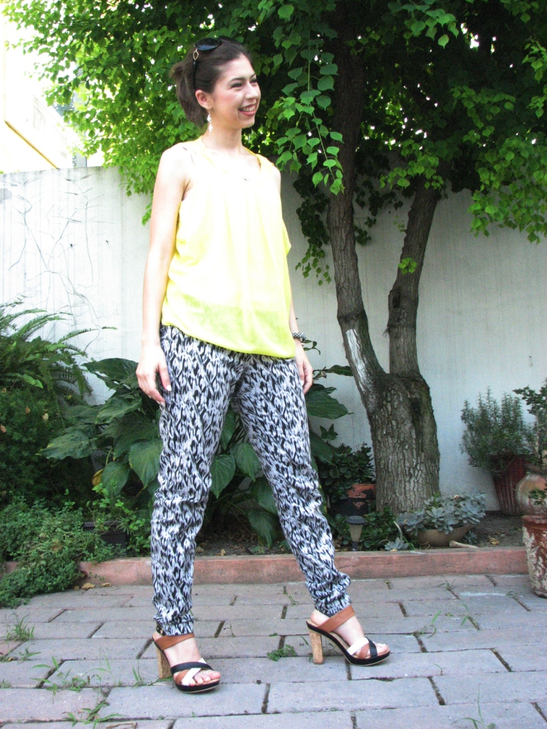 #ootd neon yellow shirt with black and white printed jeans, block heels, handmade bracelet and earrings, perfect for summer www.lindifique.com