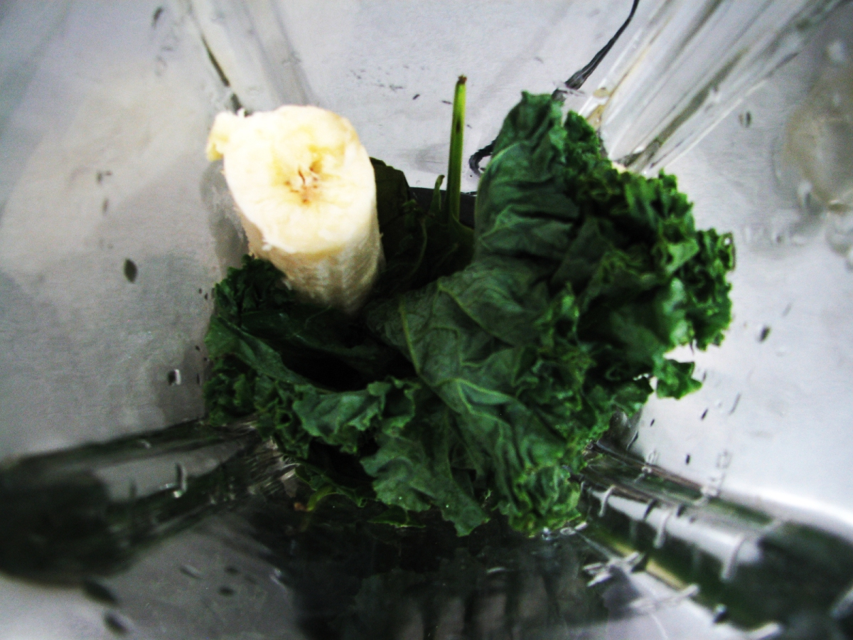 Kale, espinacas y plátano: mi licuado de las mañanas